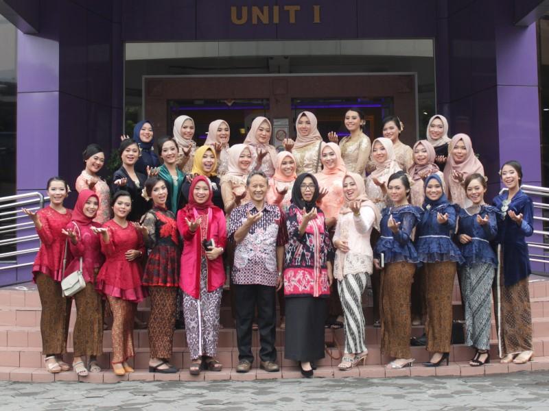 Mahasiswi Amikom menjadi bagian dari 2.600 Wanita yang Pecahkan Rekor Dunia Wanita Berkebaya di Yogyakarta